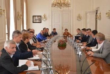Premijer Orešković: Vlada će pomoći mljekarima i tovljačima goveda dođe li do poremećaja na tržištu