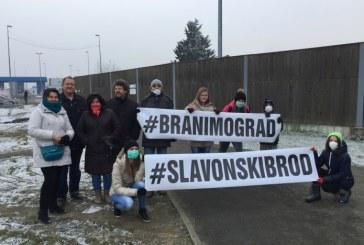 Nekoliko stotina Brođana blokiralo državnu granicu s BiH: 'ne odustajemo od borbe za čisti zrak!'
