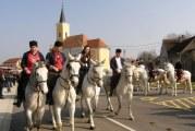 7. POKLADNO JAHANJE U OPRISAVCIMA Više od 60 konjanika na gizdavim lipicancima paradiralo oprisavačkim šorovima